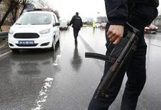 Сотрудники турецких спецслужб в пригороде Стамбула 3 марта 2016 года. Двое полицейских погибли, еще 35 человек были ранены в результате взрыва заминированного автомобиля и ракетной атаки курдских боевиков в провинции Мардин на юго-востоке Турции в пятницу, сообщили Рейтер источники в силах безопасности. REUTERS/Murad Sezer