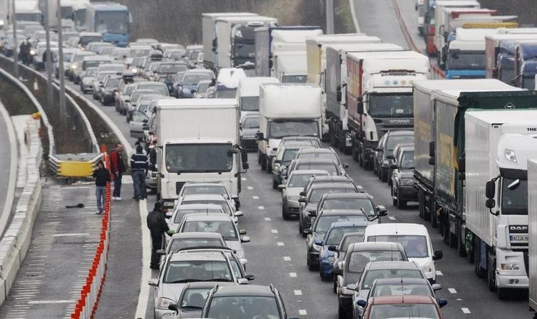Traffic queues on the M20 motorway, near Sellinge in Kent southeast England in this December 19, 2009 file photo.  REUTERS/Luke MacGregor