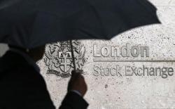 Мужчина проходит мимо здания Лондонской фондовой биржи 24 августа 2015 года. London Stock Exchange Group, которая ведет переговоры с Deutsche Boerse для создания панъевропейского торгового дома, в пятницу отчиталась о 31-процентном росте скорректированной доналоговой годовой прибыли. REUTERS/Suzanne Plunkett