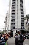 Manifestantes protestam em frente ao prédio do ex-presidente Lula em São Bernardo do Campo. 04/04/2016 REUTERS/Paulo Whitaker