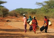 Кенийцы в поисках воды в северо-восточной части страны 12 января 2006 года. Почти 16 миллионов человек могут столкнуться с голодом в южных регионах Африки из-за засухи, обострившейся из-за погодного феномена Эль-Ниньо, и их число может вырасти примерно до 50 миллионов, говорится в опубликованном в пятницу сообщении Всемирной продовольственной программы ООН (ВПП). REUTERS/Antony Njuguna