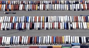 Le déficit commercial américain a augmenté de 2,2% à 45,7 milliards de dollars (41,8 milliards d'euros) en janvier, tandis que le déficit de décembre a été révisé en hausse, à 44,7 milliards de dollars au lieu de 43,4 milliards en première estimation.  Les exportations se sont contractées pour le quatrième mois d'affilée. /Photo d'archives/REUTERS/Bob Riha Jr