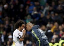 Marcelo conversa com técnico Zidane em jogo do Real Madrid.  9/1/16.  REUTERS/Susana Vera