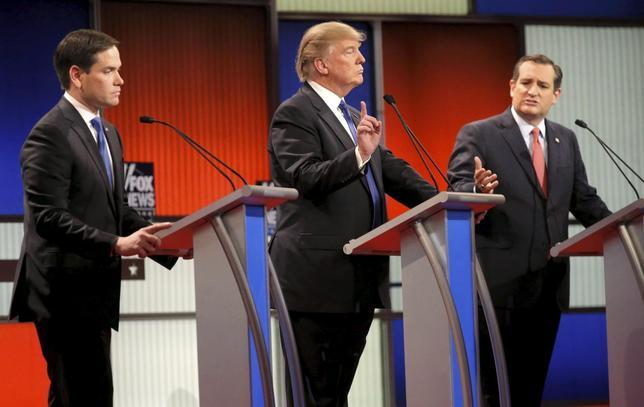 3月4日、米大統領選の共和党候補選びでトランプ氏の指名獲得予想確率が低下した。写真は討論会に出席するルビオ氏(左)、トランプ氏(中央)、クルーズ氏(右)。3日撮影。(2016年 ロイター/ Jim Young)