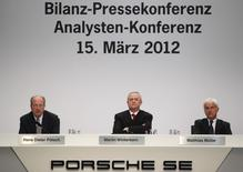 (R-L) Matthias Mueller, Martin Winterkorn and Hans Dieter Poetsch attend a news conference in Stuttgart March 15, 2012. REUTERS/Alex Domanski