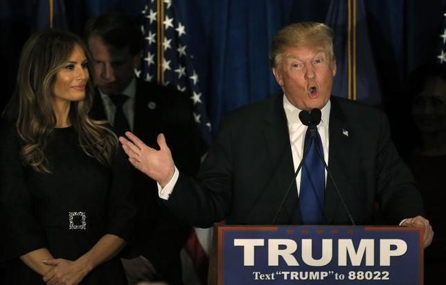 3月2日、トランプ氏(右)が絶え間なく引き合いに出す勝者と敗者の図式は、支持者の間に勝利を渇望する気持ちをかき立てる。写真左はメラニア夫人。ニューハンプシャー州で2月9日撮影(2016年 ロイター/Mike Segar)