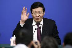 El crecimiento de los ingresos fiscales de China se desacelerará en el futuro, pero el país aún tiene margen para aumentar el endeudamiento público, dijo el lunes el ministro de Finanzas, Lou Jiwei. En la imagen, el ministro de finanzas chino Lou Jiwei saluda a los medios en una rueda de prensa en Beijing, China, 7 de marzo de 2016. REUTERS/Jason Lee