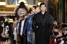 Modelos apresentam criação de Stella McCartney em Paris. 7/3/2016. REUTERS/Benoit Tessier