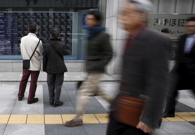 3月8日、寄り付きの東京株式市場で、日経平均株価は前営業日比21円84銭安の1万6889円48銭と小幅続落で始まった。写真は都内の株価ボード。1月撮影(2016年 ロイター/YUYA SHINO)
