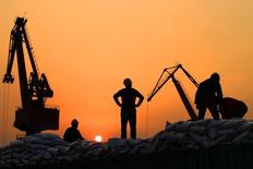 El desempeño comercial de China fue mucho peor que lo que esperado por los economistas en febrero, cuando las exportaciones cayeron un 25,4 por ciento respecto al mismo mes del año previo y las importaciones bajaron un 13,8 por ciento en términos denominados en dólares, mostraron datos el martes. En la imagen, trabajadores cargan productos importados en un puerto en Nantong, en la provincia de Jiangsu,  China, el 24 de febrero de 2016. REUTERS/China Daily