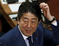 La economía de Japón se contrajo menos de lo estimado inicialmente en el cuarto trimestre de 2015, pero el consumo privado se mantuvo débil, subrayando los desafíos que enfrenta el primer ministro Shinzo Abe para restaurar el crecimiento en medio de factores desfavorables externos. En la imagen, el primer ministro japonés Shinzo Abe habla con legilsladores mientras esperan al presidente egipcio Abdel Fattah al Sisi en la cámara baja del Paralamento en Tokio, Japón, el 29 de febrero de 2016.   REUTERS/Toru Hanai