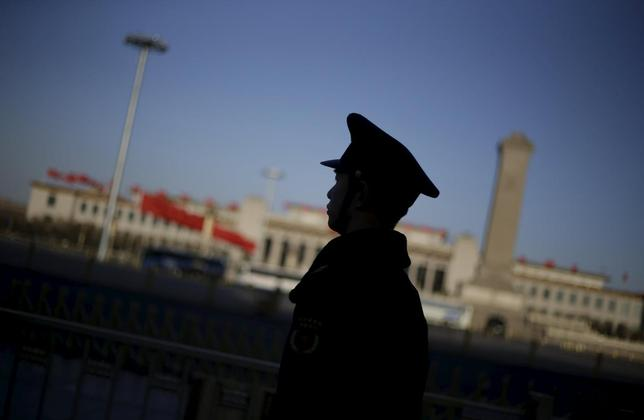 A soldier stands guard outside the Great Hall of the People, the venue of the ongoing National People's Congress (NPC), China's parliament, in Beijing, China, March 7, 2016. REUTERS/Jason Lee - RTS9MBD