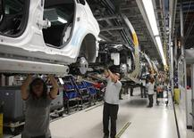 La producción industrial se desaceleró al inicio de 2016, pero logró encadenar 27 meses consecutivos de crecimiento, según datos del Instituto Nacional de Estadística suministrados el martes. En la imagen, trabajadores asamblan vehículos en la fábrica de SEAT en Martorell, España, el 12 de noviembre de 2013. REUTERS/Albert Gea