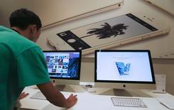"""La première attaque majeure par """"rançongiciel"""" contre les ordinateurs Mac d'Apple, découverte au cours du week-end, a affecté un nombre relativement faible d'utilisateurs, selon l'éditeur de Transmission dont le logiciel a été infecté par un programme malveillant. Transmission a été téléchargé environ 6.500 fois depuis qu'Apple et les développeurs ont découvert la menace. /Photo d'archives/REUTERS/Chaiwat Subprasom"""