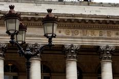 Les Bourses européennes reculent d'environ 1% mardi vers la mi-séance, tombant à un creux d'une semaine, les données inférieures aux attentes du commerce extérieur chinois jetant un froid sur les marchés actions en général et le compartiment minier en particulier. À Paris, le CAC 40 cède 1,37% (-61,04 points) à 4.381,25 points vers 11h50 GMT. À Francfort, le Dax perd 1,22% et à Londres, le FTSE abandonne 0,79%. /Photo d'archives/REUTERS/Charles Platiau
