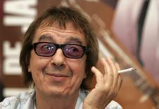 Fotografía de archivo del ex miembro de los Rolling Stones Bill Wyman fumando durante una conferencia de prensa en Oviedo. 20 de julio de 2006. El ex Rolling Stone Bill Wyman ha sido diagnosticado con cáncer de próstata, según un comunicado de la oficina de prensa de la banda de rock. REUTERS/Stringer/files