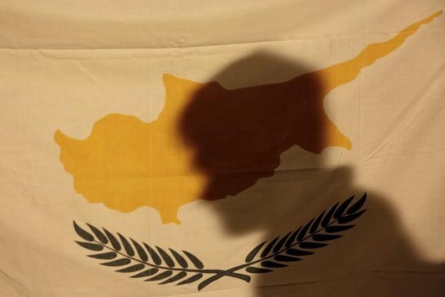 3月8日、ECBは資産買い入れプログラムの対象からキプロス国債が除外される可能性があると明らかにした。写真はキプロス国旗、2013年3月撮影。(2016年 ロイター/ Yorgos Karahalis)