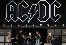 Membros da banda de rock AC/DC durante apresentação na Austrália.   03/11/2015    REUTERS/David Gray