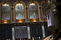 El Ibex-35 cerró el martes con leve baja por toma de beneficios por segundo día consecutivo, en línea con otros mercados, mientras el mercado ya está a la expectativa de conocer el resultado de la reunión del Banco Central Europeo (BCE) el jueves. En la imagen, una pantalla muestra el Ibex-35 en la Bolsa de Madrid, España, el 6 de agosto de 2012. REUTERS/Susana Vera