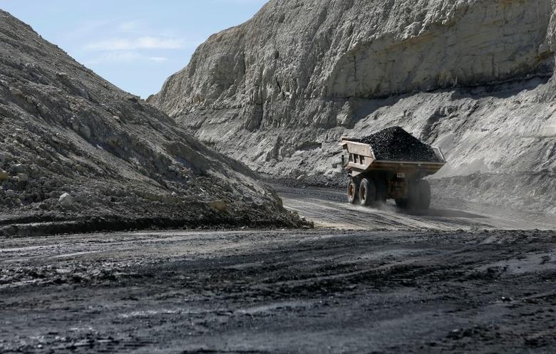 Coal is loaded into a truck at the Jim Bridger Mine, owned by energy firm PacifiCorp and the Idaho Power Company, outside Point of the Rocks, Wyoming March 14, 2014.  REUTERS/Jim Urquhart
