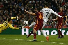 Cristiano Ronaldo chuta para marcar gol do Real Madrid contra a Roma. 8/3/16.  REUTERS/Juan Medina