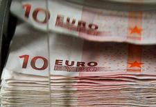 La Banque de France a révisé en baisse sa prévision de croissance de l'économie française au premier trimestre 2016, à 0,3%, dans sa deuxième estimation fondée sur son enquête mensuelle de conjoncture pour février. Elle tablait auparavant sur une progression de 0,4% du produit intérieur brut (PIB) pour les trois premiers mois de l'année. /Photo d'archives/REUTERS/Thierry Roge