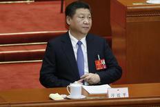 China puede aceptar un crecimiento económico levemente menor, siempre y cuando el empleo se mantenga estable y los salarios sigan aumentando, dijo el miércoles un responsable de la unidad de investigación de gabinete del país. En la imagen, el presidente chino, Xi Jinping, en un pleno del Congreso Popular Nacional en Pekín, el 9 de marzo de 2016. REUTERS/Kim Kyung-hoon