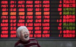 Инвестор в брокерской конторе в Шанхае. 7 марта 2016 года. Китайский фондовый рынок потерял более 1 процента в среду, прервав шестидневный рост, так как падение цен на сырьевые товары оказало давление на акции сектора ресурсов. REUTERS/Aly Song