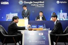 AlphaGo, le programme conçu par Google, a remporté mercredi à Séoul le premier des cinq matches qui l'opposent au Sud-Coréen Lee Sedol (à droite), considéré comme le meilleur joueur de go du monde.  /Photo prise le 9 mars 2016/REUTERS/Korea Baduk Association/News1