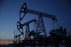 Станки-качалки Лукойла у Когалыма 25 января 2016 года. Цены на нефть растут за счет снижения добычи в США и надежды инвесторов, что крупнейшие производители нефти в марте договорятся о замораживании добычи. REUTERS/Sergei Karpukhin