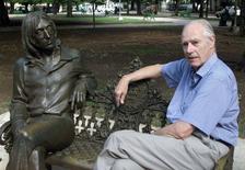 George Martin ao lado de estátua do músico John Lennon.     30/10/2002     REUTERS/Rafael Perez/Files