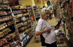 Senhora em supermercado em São Paulo. A alta dos preços de alimentação, transportes e habitação mostraram algum alívio em fevereiro e a inflação oficial brasileira desacelerou para o nível mais baixo em quatro meses.   10/01/2014   REUTERS/Nacho Doce (BRAZIL - Tags: BUSINESS)