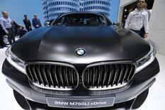 En la imagen, un BMW M760Li xDrive en el 86 Salón Internacional del Motor en Ginebra, Suiza. 1 marzo 2016. La automotriz alemana BMW reportó una ganancia operacional mejor a lo esperado el miércoles en medio de sólidas ventas de vehículos utilitarios deportivos (SUV) de alto margen, aunque la compañía decepcionó por el lado de los dividendos. REUTERS/Denis Balibouse
