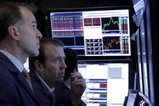 Трейдеры на фондовой бирже в Нью-Йорке. 15 января 2016 года. Фондовый рынок США открыл торги среды повышением основных индексов во главе с акциями энергетических компаний, поскольку цены на нефть выросли в ожидании соглашения крупнейших мировых экспортеров о заморозке добычи. REUTERS/Brendan McDermid