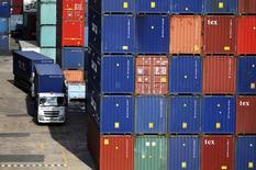 La croissance mondiale des importations de marchandises a ralenti à 1,7% en 2015, affectée par le tassement de la progression chinoise et les difficultés rencontrées par les pays exportateurs de matières premières qui ont réduit les volumes d'échanges. /Photo d'archives/REUTERS/Edgar Su
