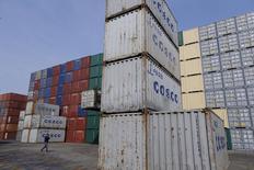 Imagen de archivo de unos contenedores de la comapañía COSCO en el puerto de Shanghái, China, Febr 17, 2016. El crecimiento de la importación de mercancías a nivel global se ralentizó a un 1,7 por ciento en 2015, debido a que la desaceleración económica en China y las dificultades en los países exportadores de materias primas redujeron los volúmenes comerciales, indicó un informe del Banco Mundial el miércoles.  REUTERS/Aly Song