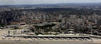 El aeropuerto de Congonhas en Sao Paulo, feb 12, 2015. El operador estatal de aeropuertos de Brasil, Infraero, planea para este año una oferta pública inicial de acciones de su subsidiaria que gestiona transitados aeropuertos en Sao Paulo y Rio de Janeiro, dijo el miércoles su presidente ejecutivo.  REUTERS/Paulo Whitaker