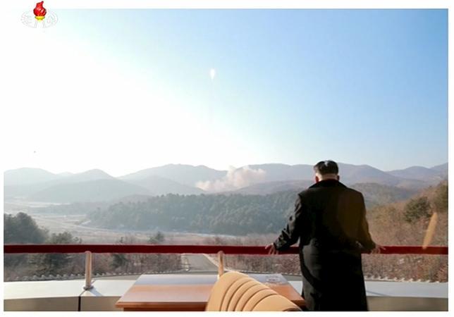 3月10日、韓国軍は、北朝鮮が同日早朝、短距離弾道ミサイル2発を東部・元山(ウォンサン)の海岸沖から日本海(東海)に向けて発射したと発表した。飛距離は約500キロと推定される。写真は北朝鮮の金第1書記。提供写真(2016年 ロイター/Yonhap)