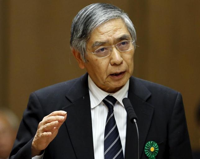3月10日、黒田日銀総裁は参院財政金融委員会で、マイナス金利付きQQEの出口における日銀財務への影響は変化するとし、現時点での具体的言及は不適切と述べた。写真は2月の参院財政金融委員会での同総裁(2016年 ロイター/Toru Hanai)