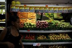 Una mujer pasa junto a la sección de verduras en un mercado en Río de Janeiro, sep 24, 2015. Los volúmenes de ventas minoristas de Brasil excluyendo automóviles y materiales de construcción cayeron un 1,5 por ciento en enero frente a diciembre (BRRSL=ECI), dijo el jueves el estatal Instituto Brasileño de Geografía y Estadística (IBGE).  REUTERS/Pilar Olivares