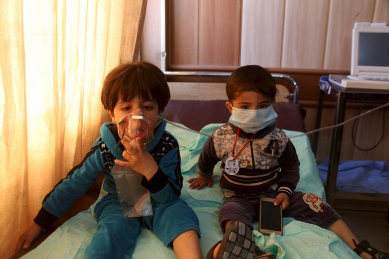Children receive oxygen, after suffering from choking, at a hospital in Taza south of Kirkuk, March 9, 2016. More than 40 people suffered partial choking and skin irritation in northern Iraq when Islamic State fired mortar shells and Katyusha rockets filled with ''poisonous substances'' into their village late on Tuesday, local officials said. REUTERS/Stringer