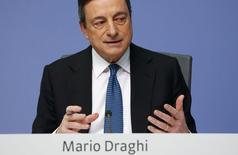 El presidente del BCE, Mario Draghi, durante una conferencia de prensa en la sede del organismo, en Fráncfort, Alemania, 10 de marzo de 2016. El Banco Central Europeo recortó las tasas de interés e incrementó su programa de compras de activos a fin de impedir que una inflación excepcionalmente baja se siga trasladando a la economía en general, dijo el jueves el presidente del BCE, Mario Draghi. REUTERS/Kai Pfaffenbach