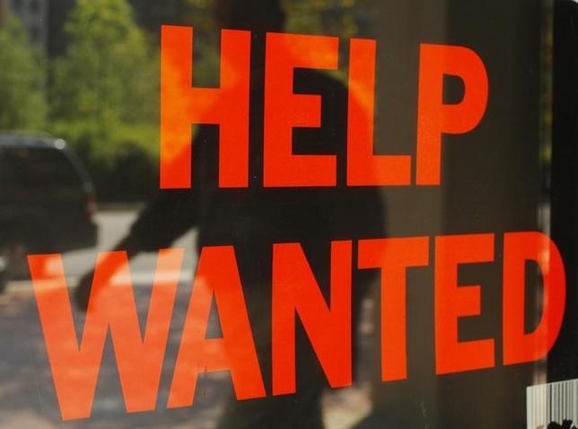 3月10日、米新規失業保険申請件数は、昨年10月中旬以来の低水準となった。写真はボストンのクリーニング店に掲出された求人広告。2010年9月撮影(2016年 ロイター/Brian Snyder)