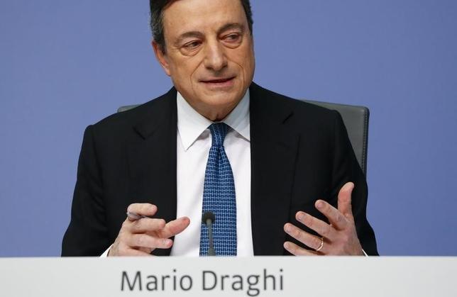 3月10日、ECBは主要3金利の一斉引き下げや資産買い入れ額拡大などの追加緩和策を発表した。写真はフランクフルトで記者会見に臨むドラギ総裁。10日撮影(2016年 ロイター/Kai Pfaffenbach)