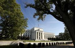 El edificio de la Reserva Federal de Estados Unidos en Washington, sep 16, 2015. La Reserva Federal de Estados Unidos aumentará los tipos de interés nuevamente en junio y una vez más antes de fin de año, según economistas encuestados por Reuters, que en general se mostraron más convencidos de la trayectoria de las tasas que hace un mes.        REUTERS/Kevin Lamarque