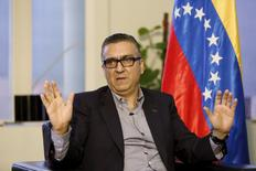 El vicepresidente de Economía de Venezuela, Miguel Pérez Abad, gestualiza mientras habla durante una entrevista con Reuters en Caracas, 10 de marzo de 2016. REUTERS/Carlos Garcia Rawlins