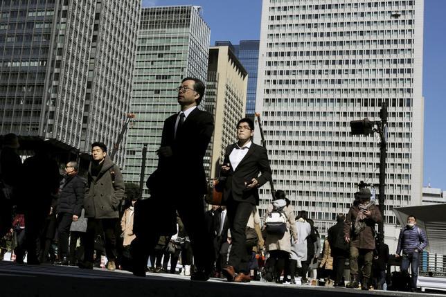 3月11日、年明け以降の世界的な市場変動や国内経済における消費低迷に対し、政府部内で景気失速への懸念が急速に強まっている。都内で2月撮影(2016年 ロイター/Thomas Peter)