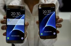 Le Galaxy S7 (à droite) et le S7 Edge. Samsung Electronics dit avoir enregistré des volumes des pré-commandes pour son nouveau téléphone Galaxy S7 supérieures à ceux du modèle de l'an dernier. /Photo prise le 21 février 2016/REUTERS/Albert Gea