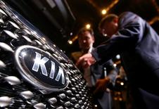 Visitors looks at Kia Motors' new Sorento sport utility vehicle (SUV) at its launch event in Seoul August 28, 2014.   REUTERS/Kim Hong-Ji