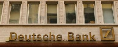 Deutsche Bank advirtió que la volatilidad de los mercados financieros en el primer trimestre, una temporada que suele ser fuerte para los bancos, implicaba un desafío para todo el sector. En la imagen, el logo de Deutsche Bank en Nápoles, el 22 de febrero de 2016. Reuters/Tony Gentile